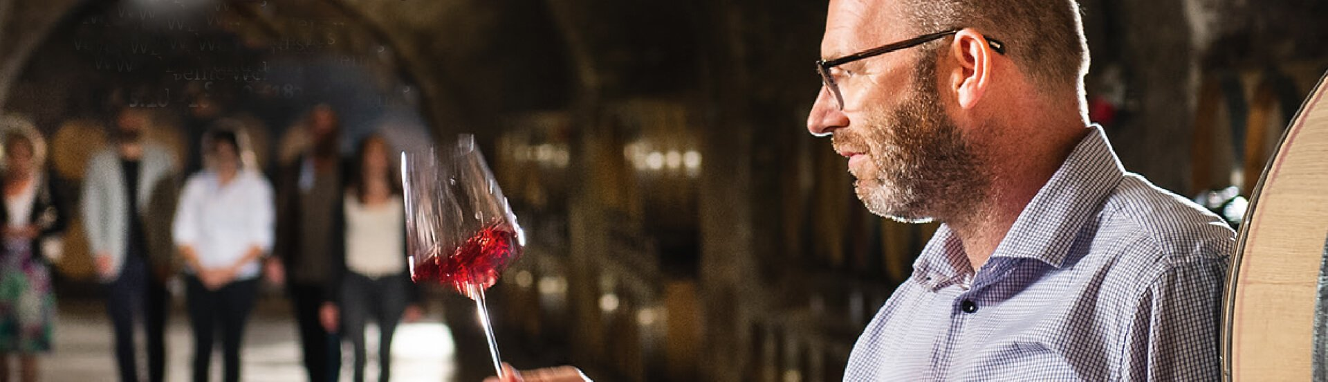 Der Kellermeister des Stiftes begutachtet ein Weinprobe
