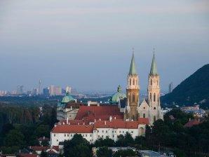 Stift Klosterneuburg mit Blick auf Wien