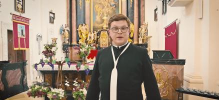 Pfarrer Sebastian Schmölz in der Kirche Reinprechtspölla